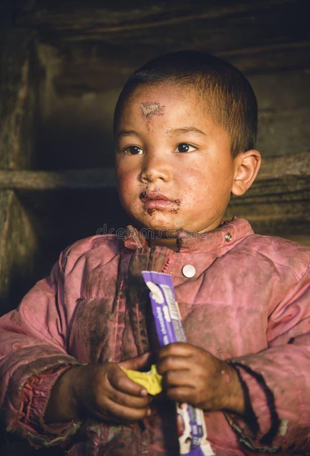 Snoepje weinig jongen binnen met chocoladesuikergoed Nepalese leuke chi stock foto's