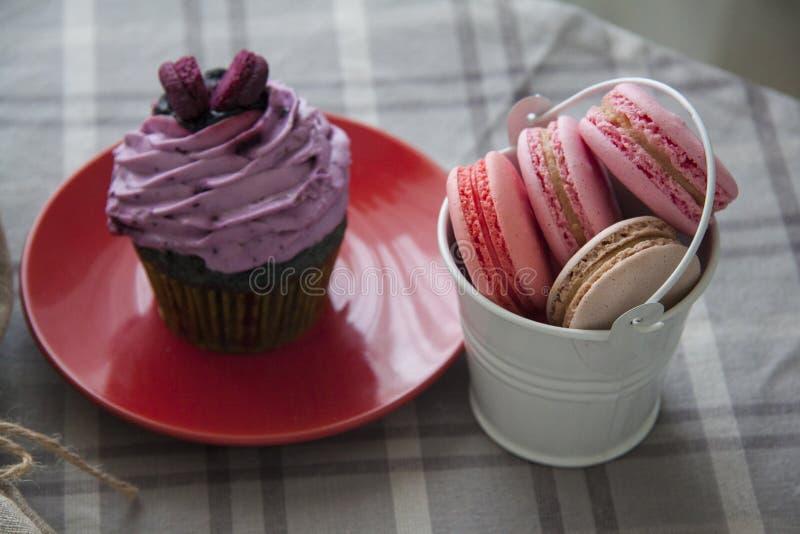 Snoepjes: cupcake en macarons stock afbeeldingen