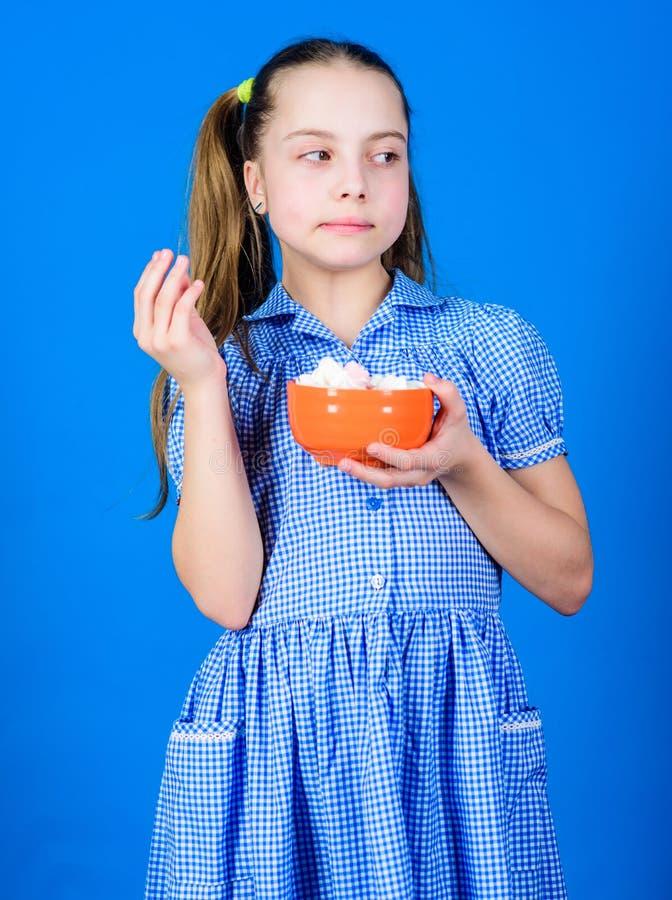 Snoepjes de enige ware liefde Zoet tandconcept Calorie en dieet Van de de kledingsgreep van het meisjes kalme gezicht blauwe de k stock foto's
