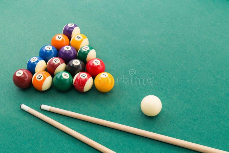 Snookerów bilardów basenu piłki, wskazówka, extender kij na zielonym stole zdjęcie stock