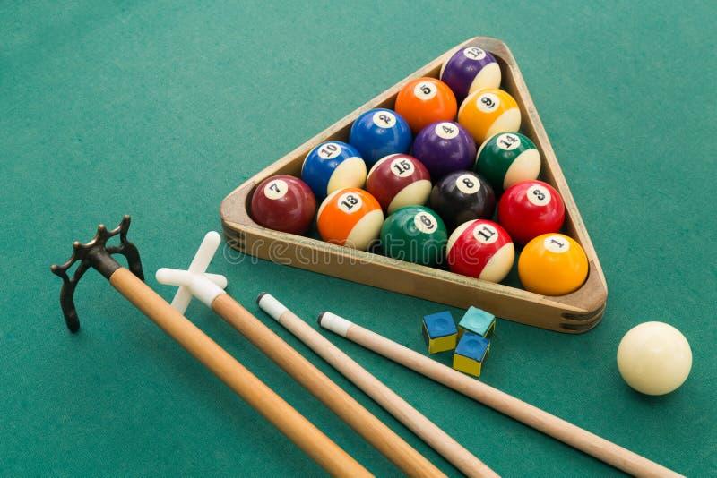 Snookerów bilardów basenu piłki, wskazówka, kreda na zielonym stole zdjęcie stock