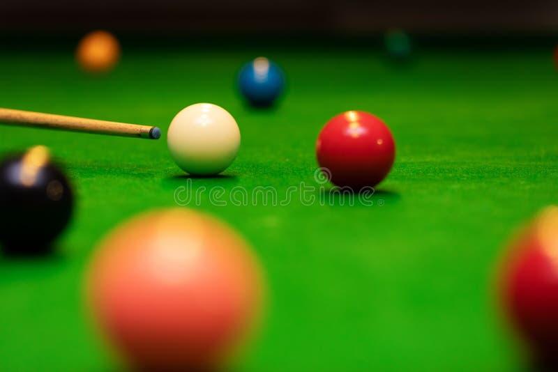 Snooker gra strzelał - gracza celuje wskazówki piłkę zdjęcie royalty free