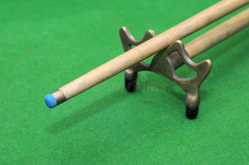 Snooker wskazówka z odpoczynkiem na zielonym tle obrazy stock