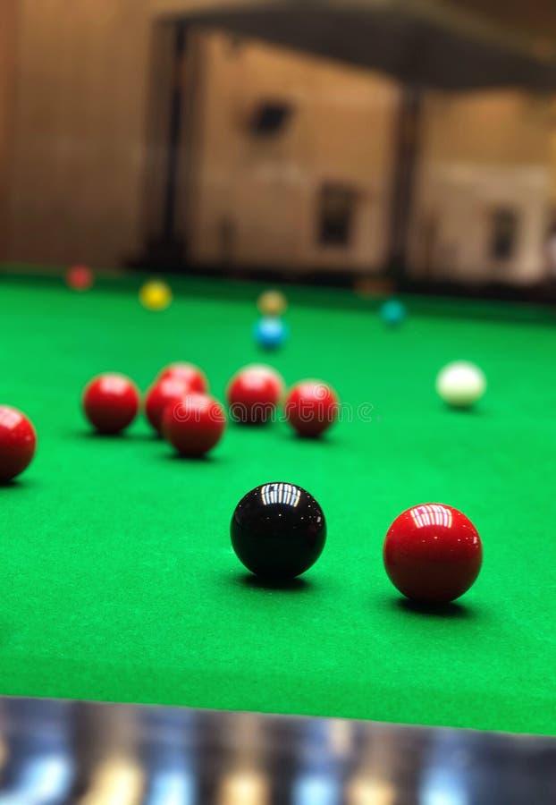 Snookerbälle auf grüner Spieltischnahaufnahme stockfotografie