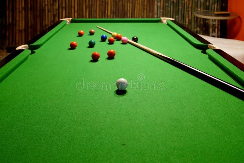 Snookerbollar och stickreplik på tabellen fotografering för bildbyråer