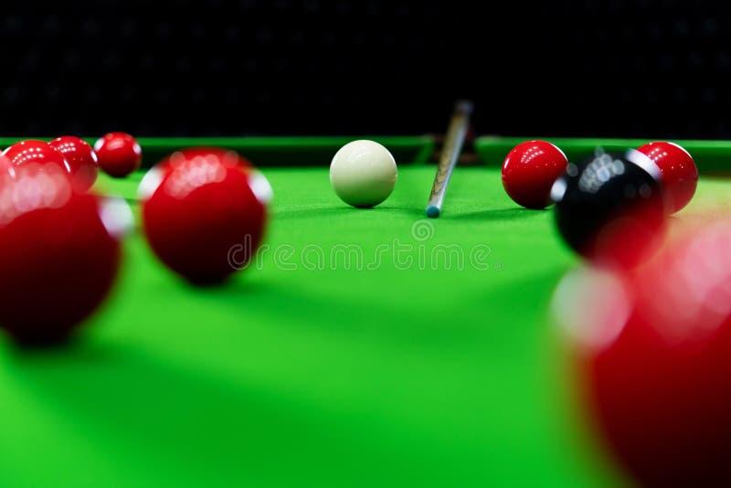 Snookerbollar på den gröna tabellen för att spela underhållning av mannen royaltyfri bild