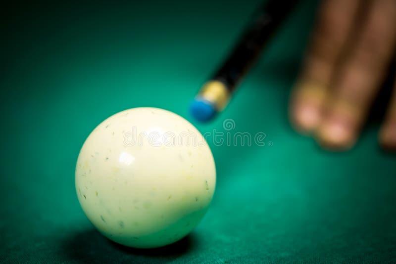 Snookerspelare och bollar arkivbild