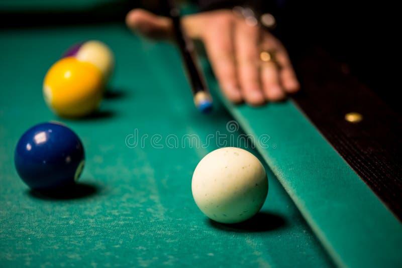 Snookerspelare och bollar royaltyfria bilder