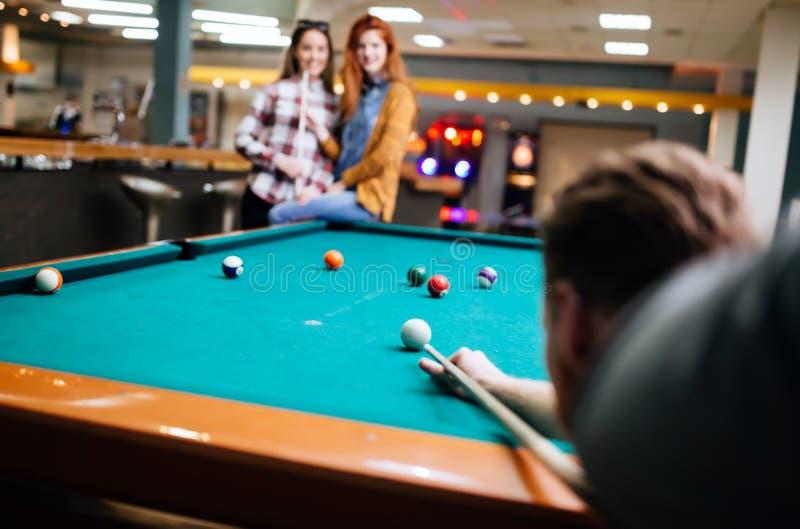 Snookerspeler die naar snookerlijst streven royalty-vrije stock foto