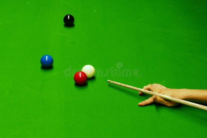 Snookertabell och bollar med att slå för spelare arkivbild