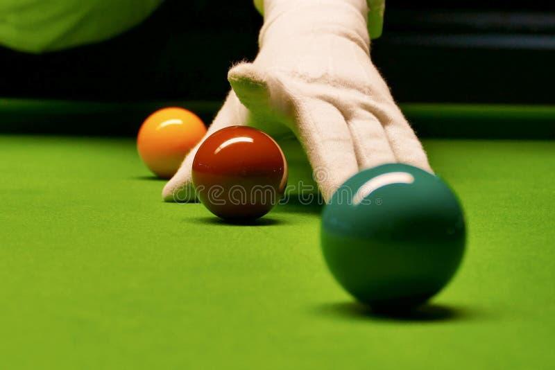 Snookertabell och bollar med domaren som ordnar bollarna arkivbild