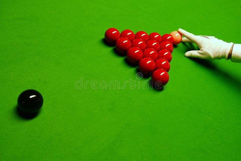 Snookertabell och bollar med domaren som ordnar bollarna royaltyfri bild