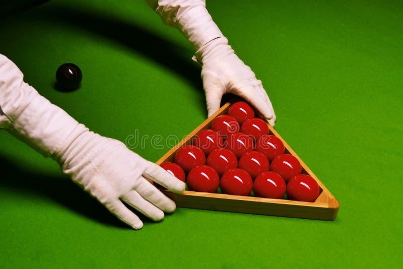 Snookertabell och bollar med domaren som ordnar bollarna i kuggen arkivbild