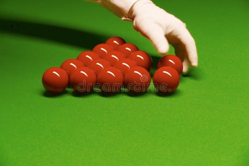 Snookertabell och bolldomare som ordnar bollar royaltyfria foton