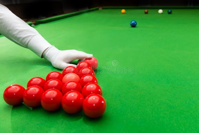 Snookeru arbitra ułożenia menchii piłka na początku gry obrazy stock