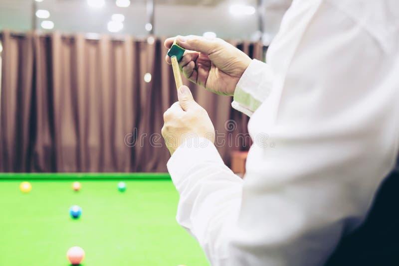 Snookeru gracza czekania trwanie chwyt jego wskazówka fotografia stock