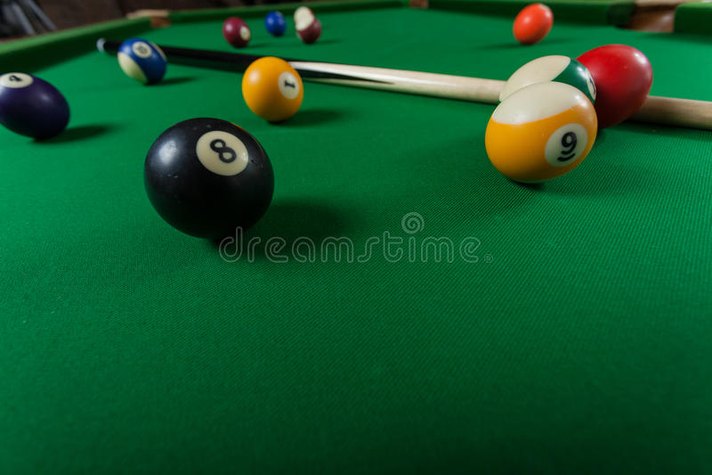Snookeru kij na bilardowym stole i piłka zdjęcia royalty free