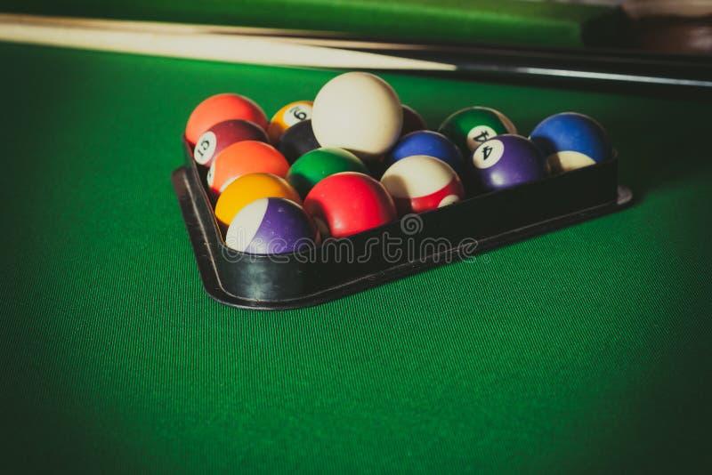 Snookeru kij na bilardowym stole i piłka zdjęcie royalty free