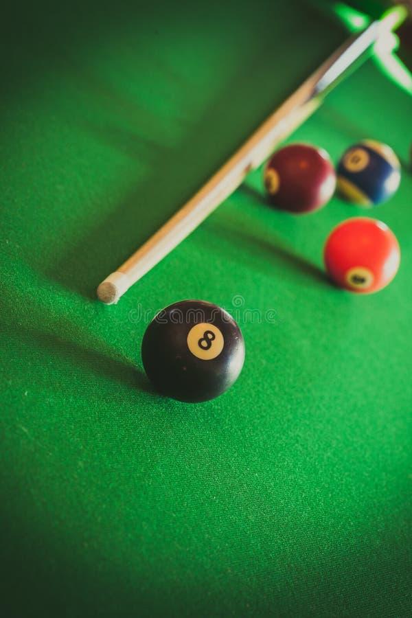 Snookeru kij na bilardowym stole i piłka obraz royalty free