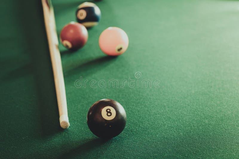 Snookeru kij na bilardowym stole i piłka zdjęcie stock