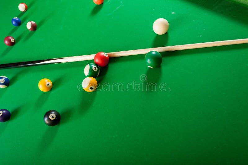 Snookeru kij na bilardowym stole i piłka zdjęcia stock