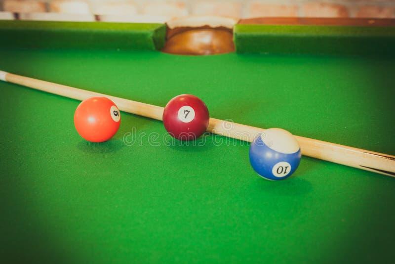 Snookeru kij na bilardowym stole i piłka obrazy stock