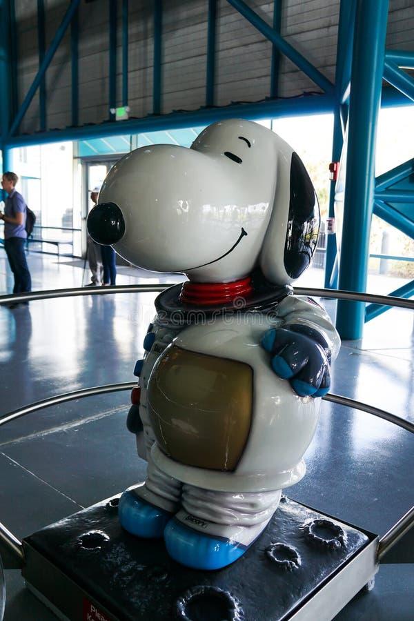 Snoopy de astronaut in een ruimtepak royalty-vrije stock afbeeldingen
