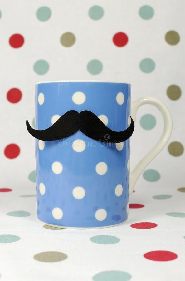 Snor op een blauwe koffiemok stock foto's
