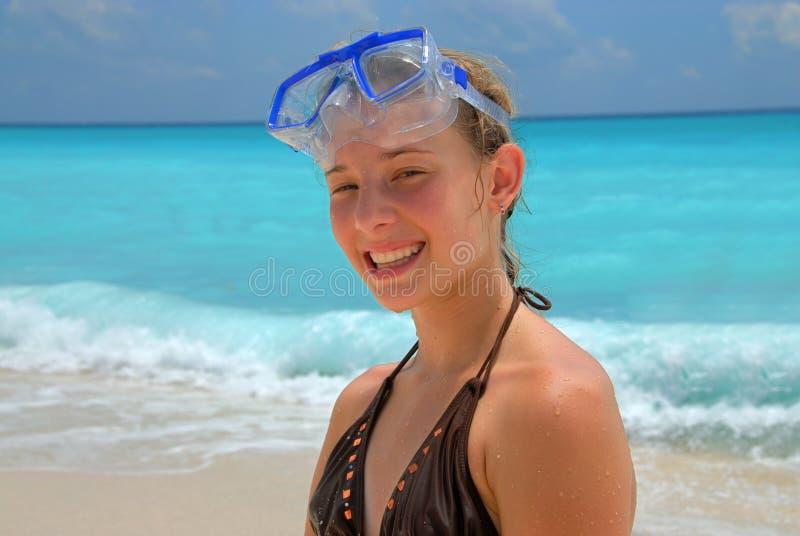 snorkel маски девушки пляжа стоковое изображение