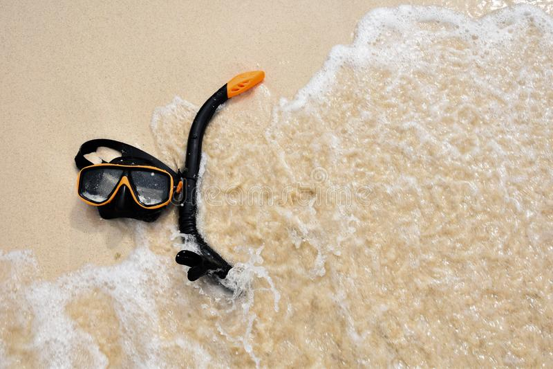 Snorkel beschermende bril op het strand stock afbeelding