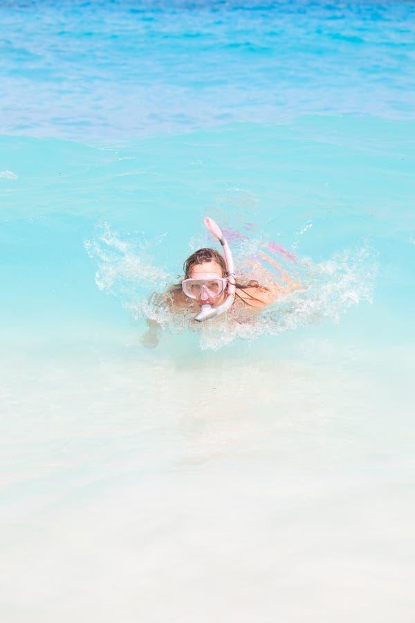 Snorkel-Frauen-Schwimmen stockfotos