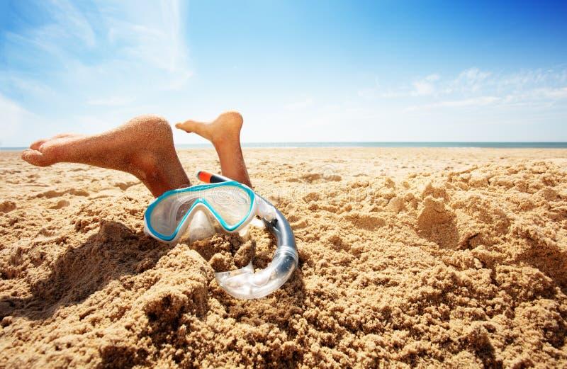 Snorkel, máscara e pés de um menino na areia na praia foto de stock royalty free