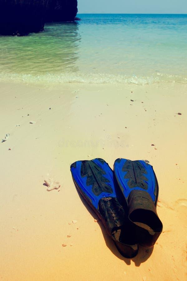 Snorkel toestel op een strand Wijnoogst gestemde achtergrond stock fotografie