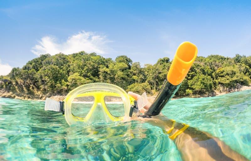 Snorkelend masker bij het tropische hoppen van het strandeiland stock foto's