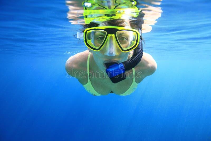 Snorkeler de femme en mer photo libre de droits