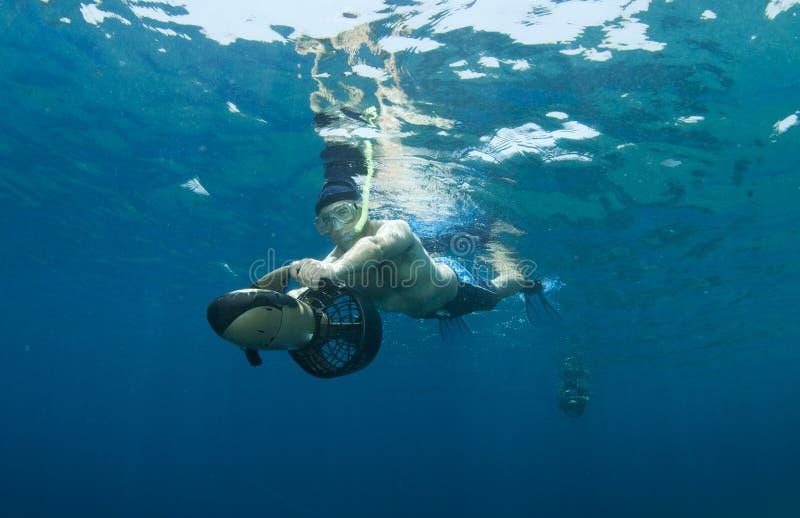 Snorkeler sul motorino subacqueo immagine stock libera da diritti
