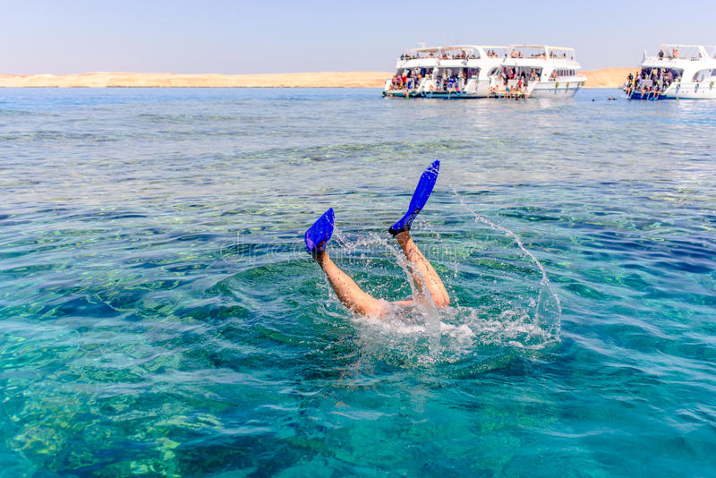 Snorkeler-Tauchen unter dem Meer lizenzfreie stockfotos