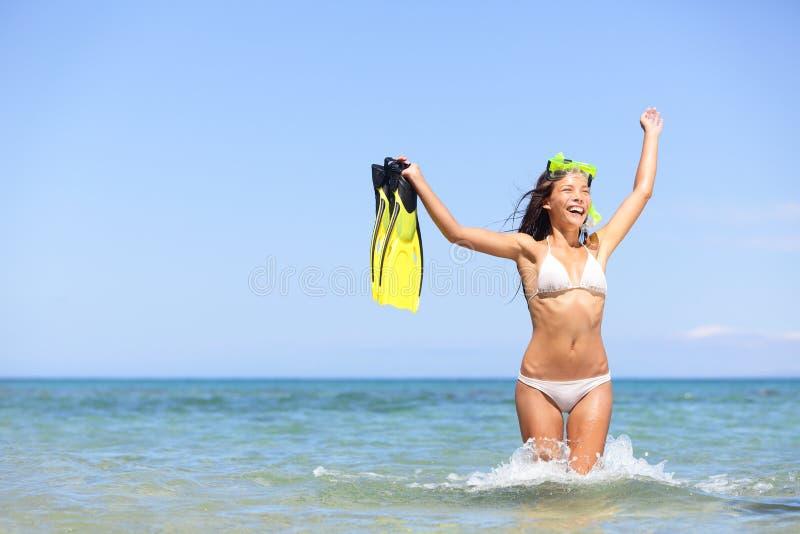 Snorkeling женщины каникулы пляжа возбужденный и счастливый стоковое фото