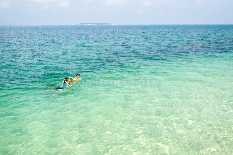 Snorkeling на голубом море стоковая фотография