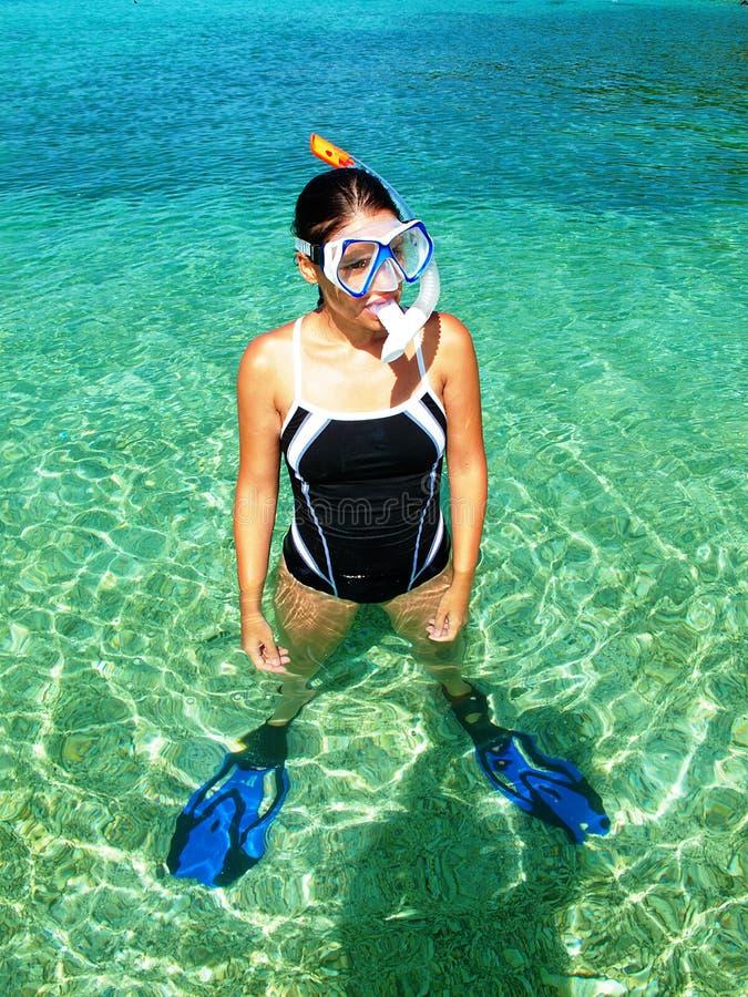 Snorkeling indo da mulher fotos de stock royalty free