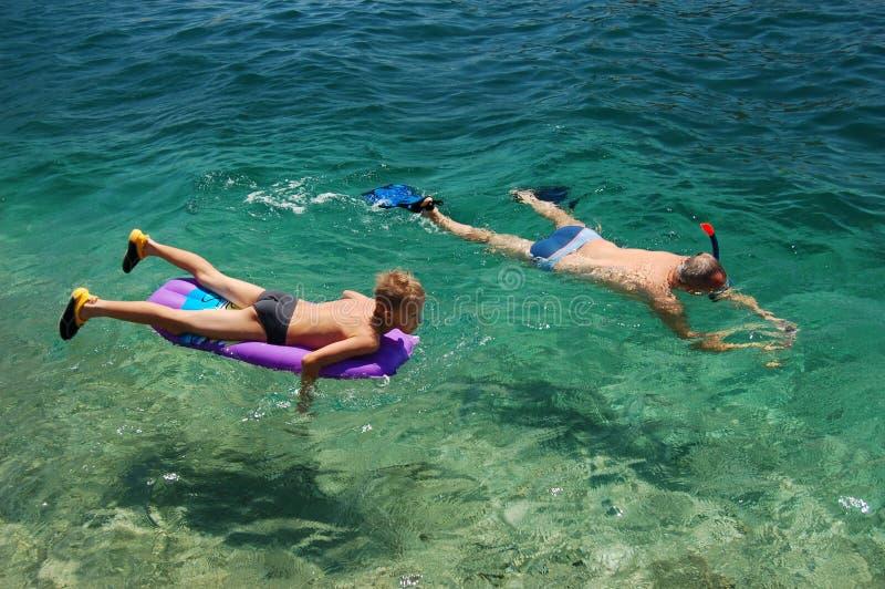 snorkeling son för fader arkivfoton