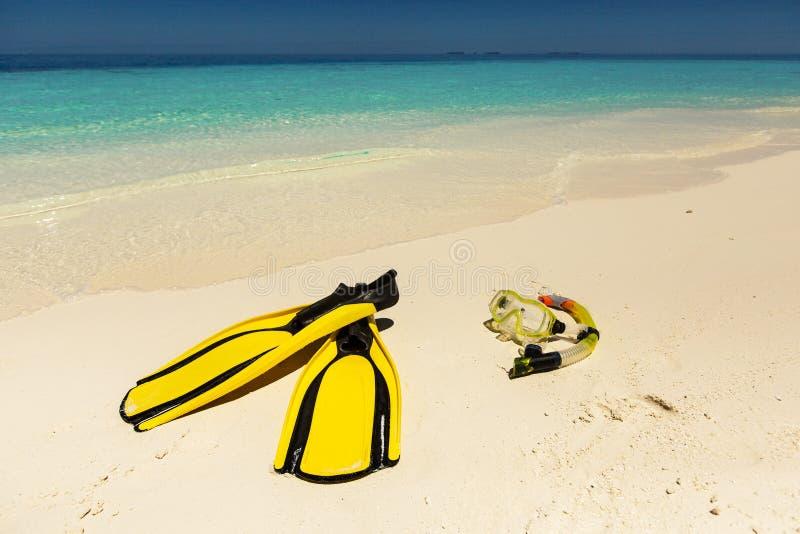 Snorkeling wyposażenia maska, snorkel i żebra na piasku przy plażą, zdjęcie royalty free