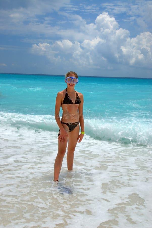 Snorkelmädchen im Ozean lizenzfreie stockbilder