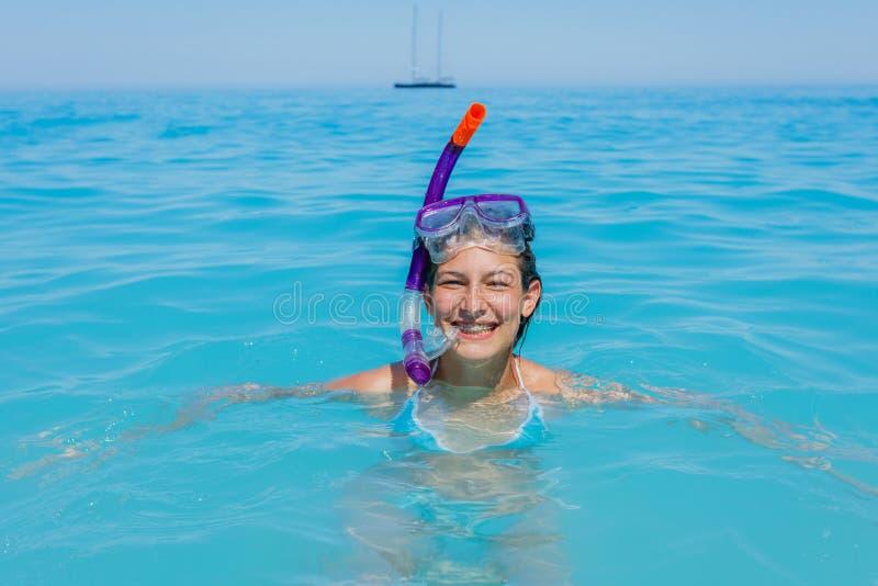Snorkla för flicka för strandsemestersnorkel royaltyfria foton