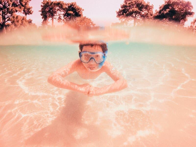 Snorkla för pojke som är undervattens- arkivfoton