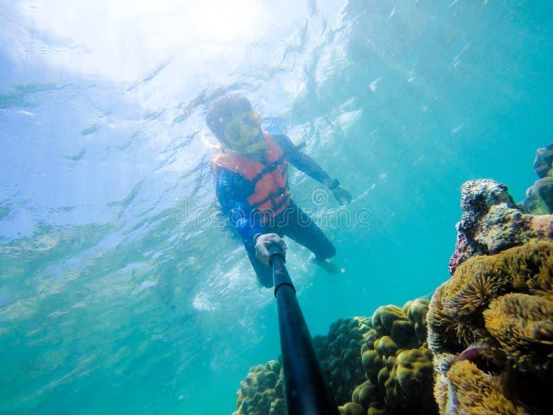 Snorkla på ön i det Thailand havet arkivbilder