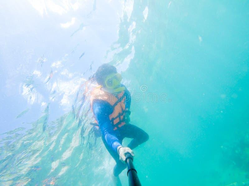 Snorkla p? ?n i det Thailand havet fotografering för bildbyråer
