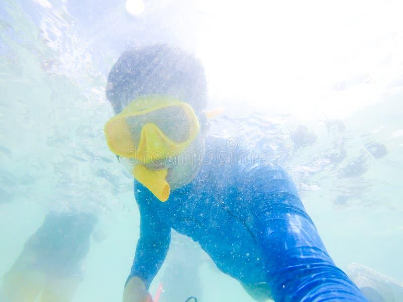 Snorkla p? ?n i det Thailand havet royaltyfri bild