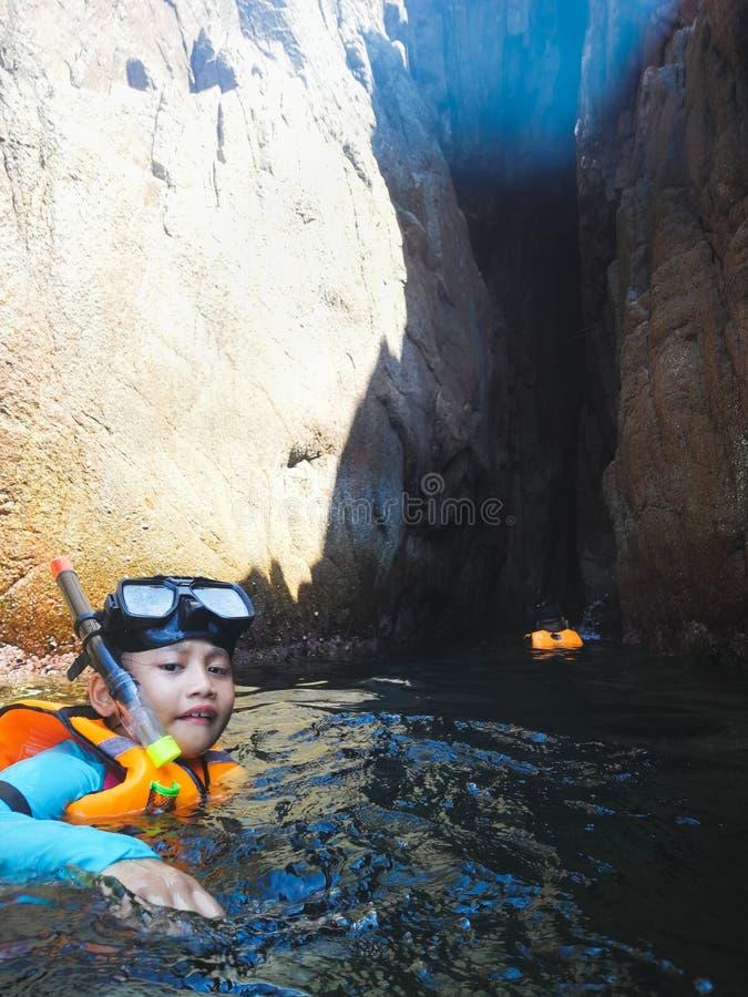 Snorkla turisten på grottorna av Pulauen Pinang på ön av Redang arkivfoto