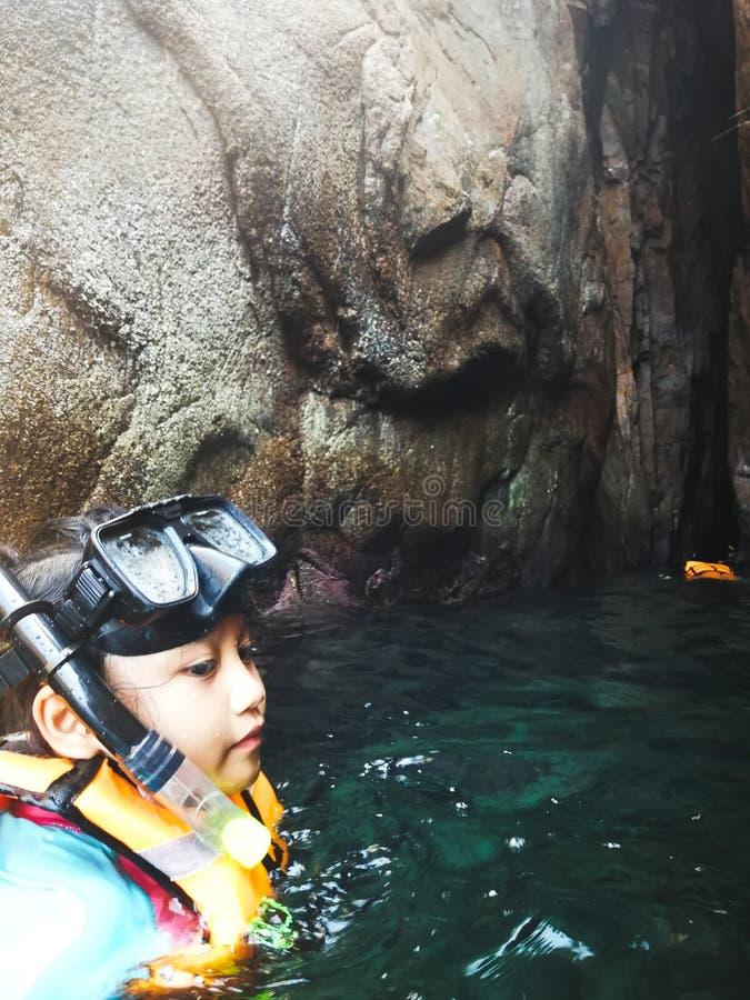 Snorkla turisten på grottorna av Pulauen Pinang på ön av Redang arkivbild